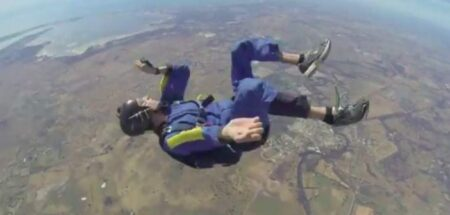 un parachutiste s'évanouit en plein saut !