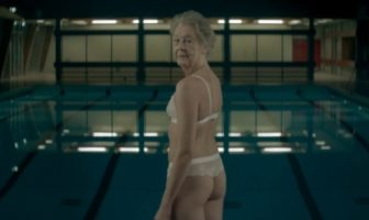 Pub moo : ta grand-mère en string à la piscine