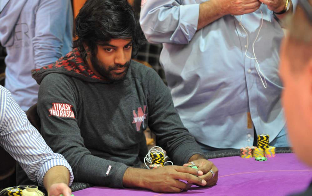 Vikash Dhorasoo joue au poker
