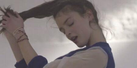 Charlotte Le Bon danse sous hypnose pour Yanis - clip Hypnotized