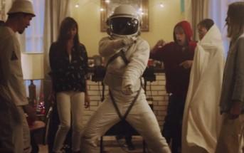 La danse du cosmonaute de Kygo dans le clip Stole The Show