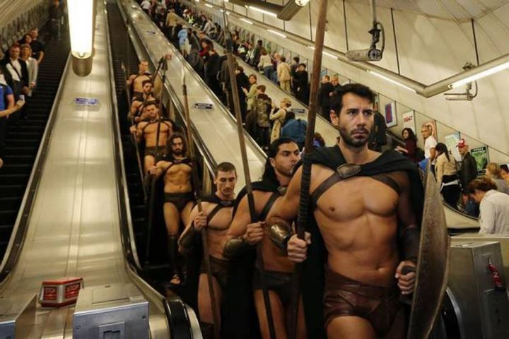 300-spartiates-cosplay-Metro-Londres-03
