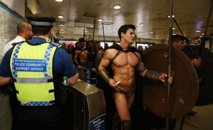 300-spartiates-cosplay-Metro-Londres-04