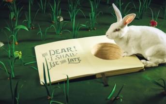 Un vrai lapin se balade dans le monde d'Alice au pays des merveilles