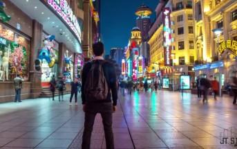 Il marche à contre-sens à Shanghai : un timelapse renversant !