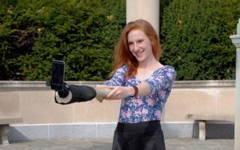 Une perche à selfie en forme de bras pour les sans amis