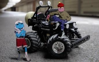 La folle course de 2 gangsters animés en voiture téléguidée
