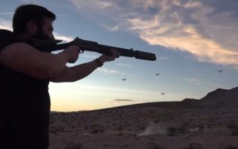 Un millionnaire s'amuse à tirer sur des drones dans le désert