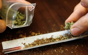 rouler un joint de cannabis herbe beuh