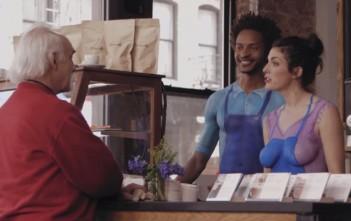 serveur nu et serveuse nue en body painting dans un café