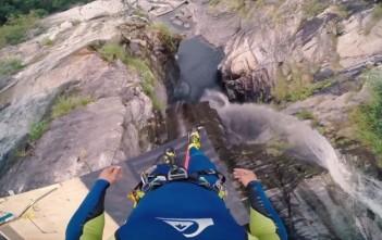 Laso Schaller saute d'une falaise de 59 mètres