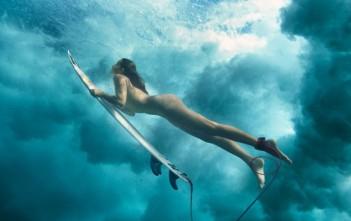 Maya Gabeira surfe nue