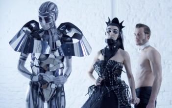Queen Brushands par Aviv Kosloff & Einat Dan