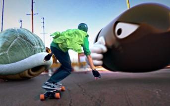 Un skateur déguisé en Luigi rencontre l'univers de Mario Kart