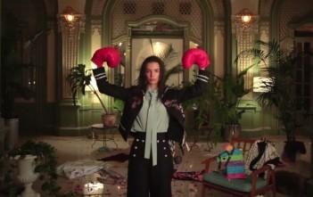 """Emily Ratajkowki danse avec des gants de boxe dans la vidéo """"Good Times"""" de Vogue"""