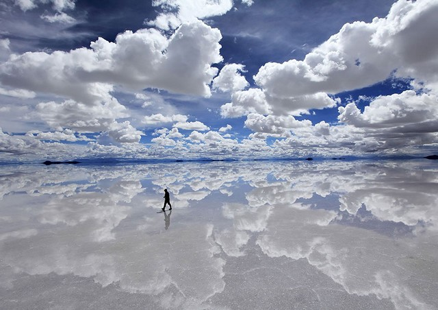Salar-de-Uyuni-Plus-grand-desert-de-sable-plat-en-Bolivie