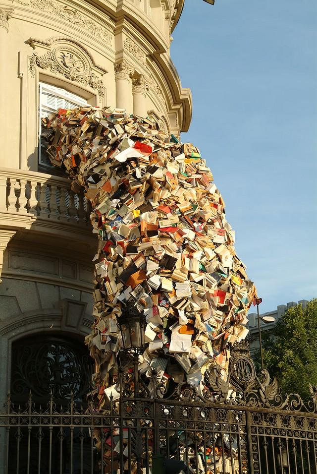 Sculpture-de-Livres-qui-tombent-par-Alicia-Martin