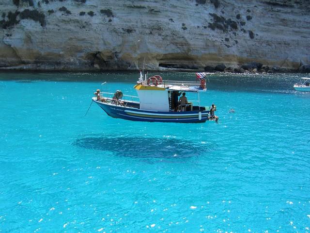 bateau-qui-semble-flotter-au-dessus-de-la-mer