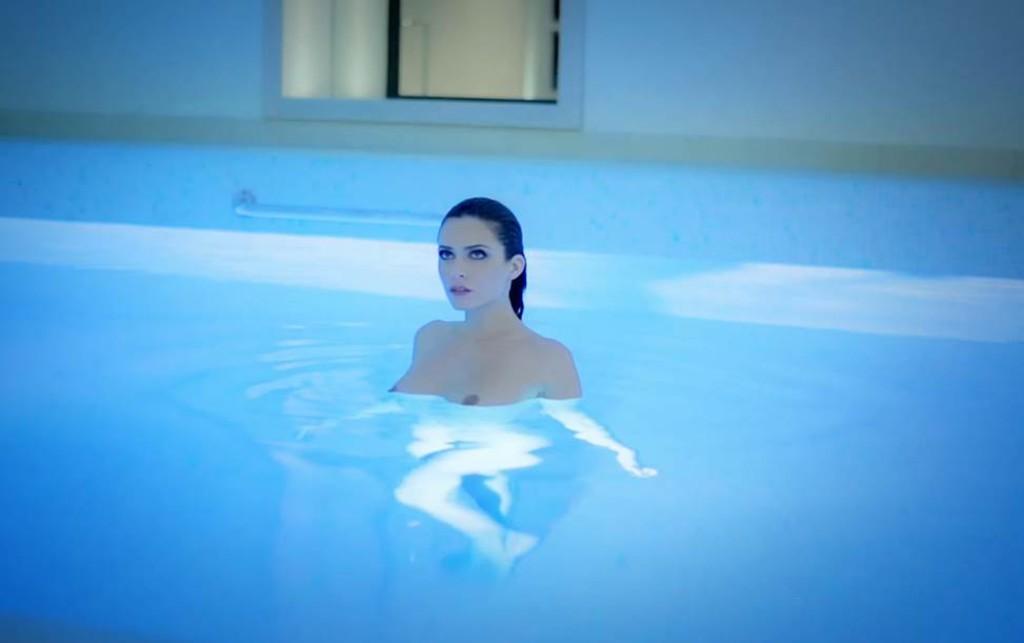 Clara Morgane nue dans une piscine pour son calendrier 2016
