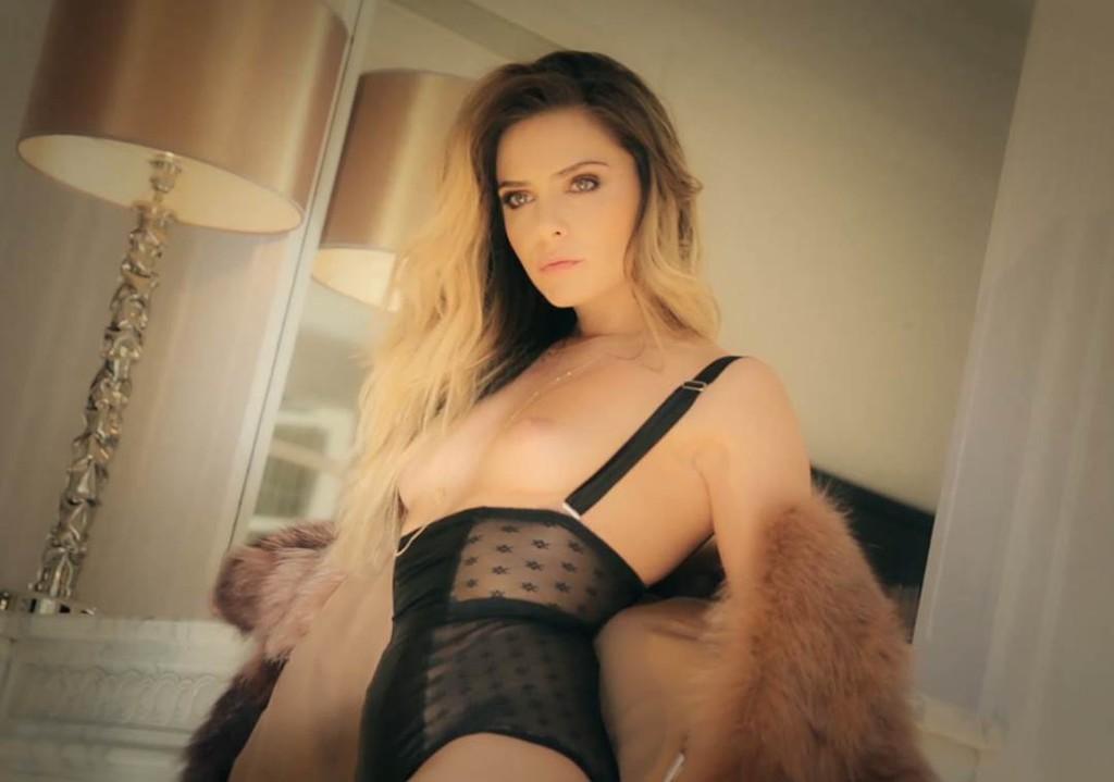 Clara Morgane topless en lingerie pour le calendrier sexy 2016
