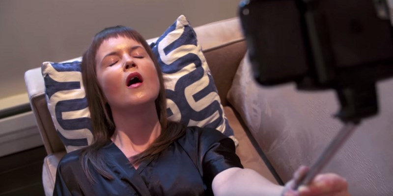 dildo selfie stick : la perche à selfie avec vibromasseur pour se photographier pendant l'orgasme