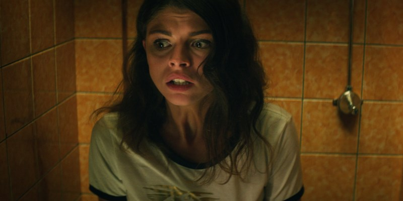 """L'actrice Bo Maerten dans le court-métrage d'horreur """"Arrêt Pipi"""" de Maarten-Groen"""