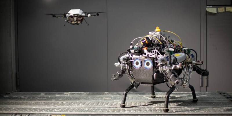 collaboration drone + robot