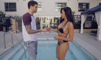 humour sexy : Curtis Lepore étale de la crème solaire su Ana Cheri