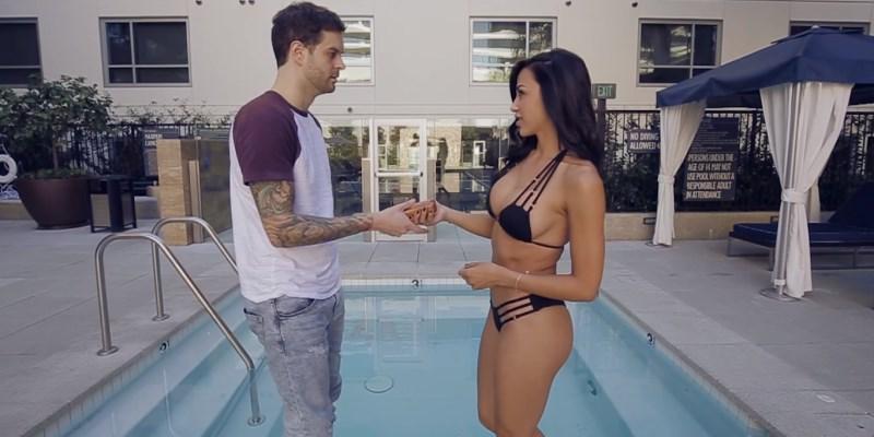 La sexy Ana Cheri demande à Curtis Lepore de lui étaler de la crème solaire