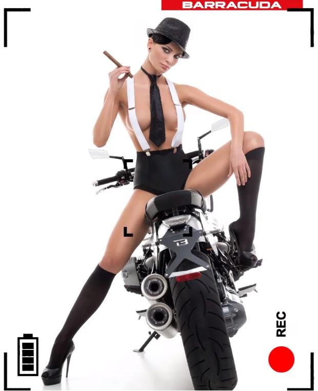 Karyna Bondar topless avec un cigare sur une moto moto barracuda - calendrier 2016