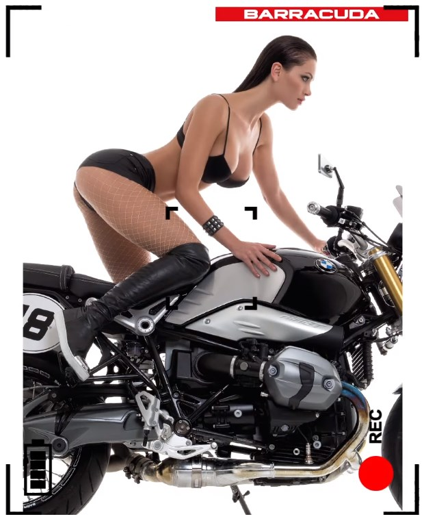 Karyna Bondar avec un décolleté plongeant sur une moto barracuda - calendrier sexy 2016