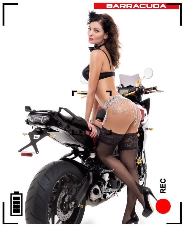Karyna Bondar en lingerie talons et et porte jarretelles sur une moto barracuda italienne - calendrier sexy 2016
