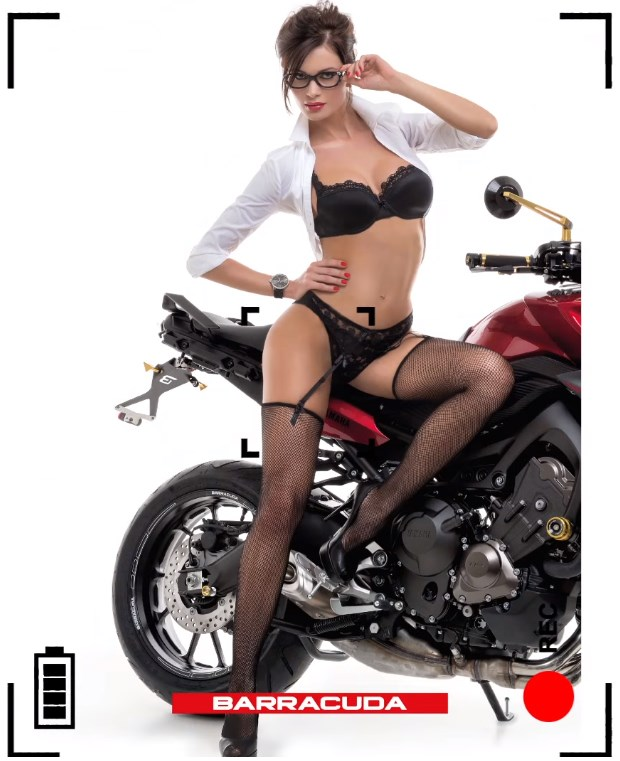 Karyna Bondar, fille sexy en lingerie talons et porte jarretelles sur une moto barracuda italienne - calendrier 2016