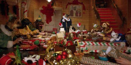 Des chiens et chats déguisés en lutin fabriquent des jouets de Noël