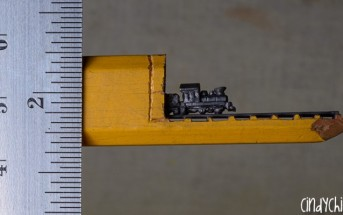Elle sculpte un train miniature dans la mine d'un crayon