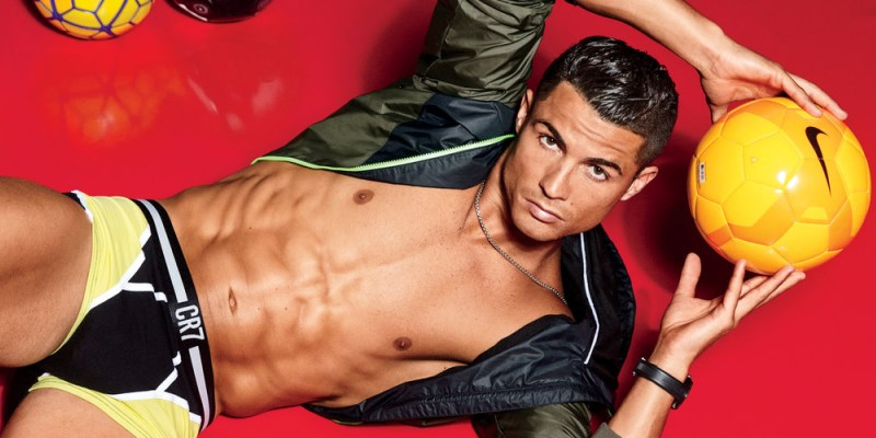 christiano ronaldo jongle avec un slip cr7