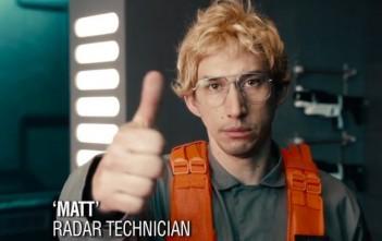 Kylo Ren (Adam Driver) se fait passer pour Matt, un simple technicien radar dans une parodie de Satr Wars / Patron Incognito
