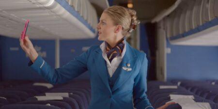 téléphone perdu dans un avion - hotesse de l'air