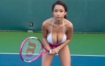 Slow motion : une fille à gros seins joue au tennis en bikini [NSFW]