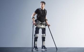Le paraplégique Steven Sanchez remarche grâce à l'exosquelette Phoenix