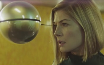 Rosamund Pike dans le clip Massive Attack 'Voodoo In My Blood'