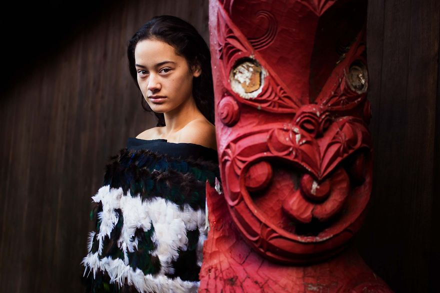The Atlas of Beauty : femme dans un temple-Maori, Nouvelle-Zélande