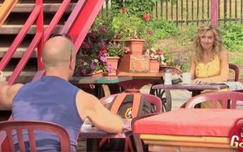 Elle lui offre une bière mais il la renverse par terre, attendez de voir pourquoi!