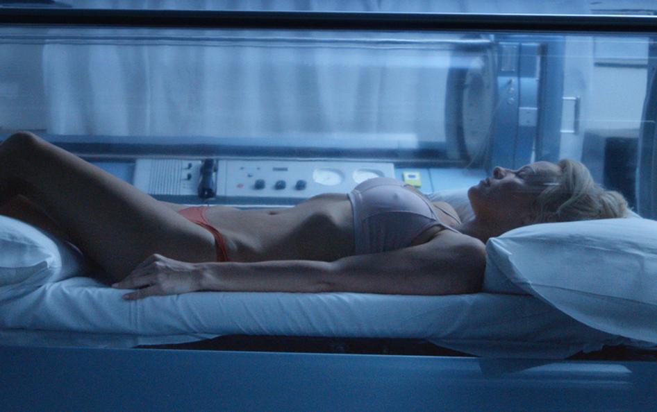 Pamela Anderson dénudée dans le film connected