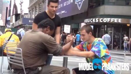un sans abris gagne 100 dollars au bras de fer