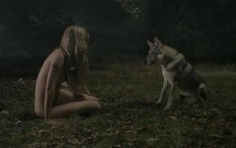 Naked: une fille nue en forêt et un loup illustrent la peur du sexe