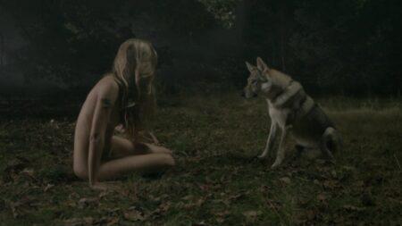 """Margot Lourdet nue dans une forêt face à un loup dans le court-métrage """"Naked"""""""