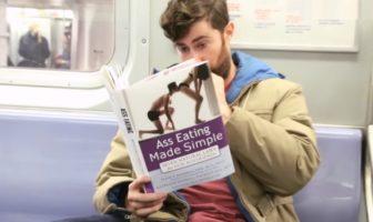 Caméra cachée : Scott Rogowsky lit des faux-livres ridicules dans le métro