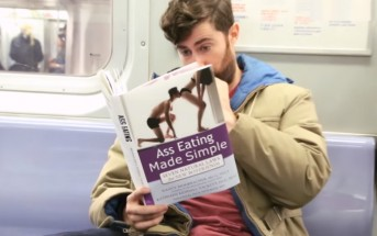 Il lit des livres à la couverture embarrassante dans le métro