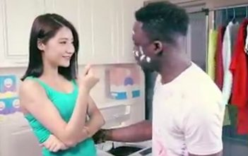Pub raciste Chine lessive